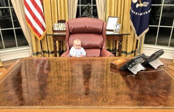 من هذا الطفل الذي يتربع عل مقعد الرئيس ترمب؟