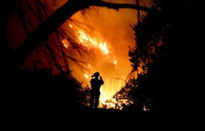 الرياح تؤجج ثالث أكبر حرائق الغابات بتاريخ كاليفورنيا