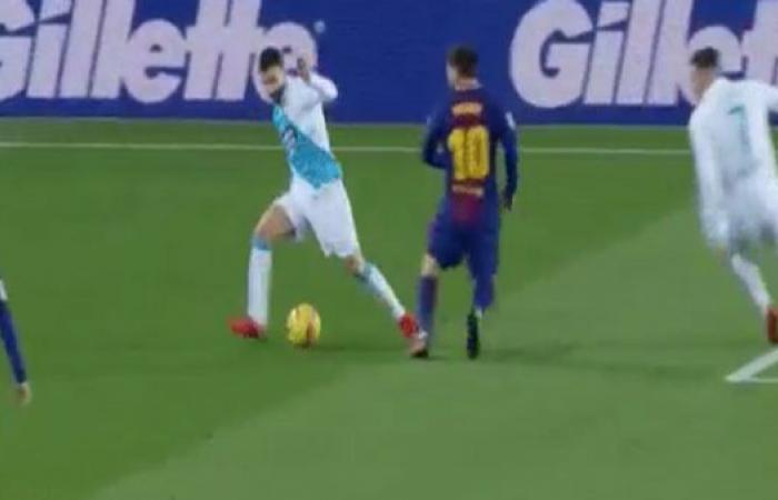 لاعب ديبورتيفو يعيش لحظة صعبة..كوبري مزدوج من نجمي برشلونة