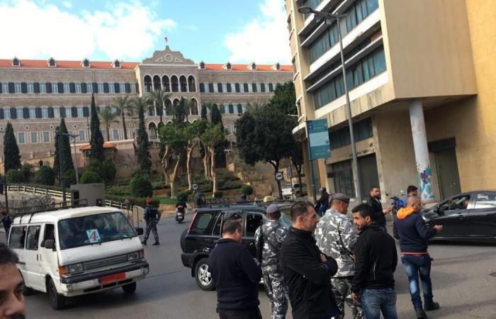 بالصور: أساتذة التعليم الثانوي يقفلون طريق السراي الحكومي