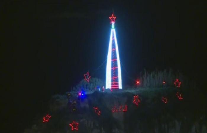 بالصور: إضاءة شجرة عيد الميلاد على صخرة الروشة