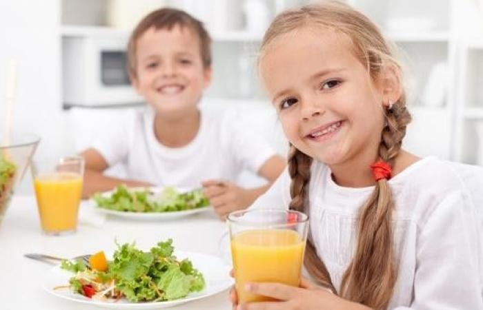 قدِّم الأطعمة الصحية لأولادك.. تضمن سعادتهم