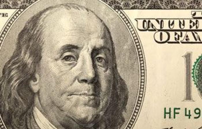 الدولار الأمريكي يتماسك فوق أدنى مستوى فى 3 أسابيع قبيل بيانات النمو الاقتصادي