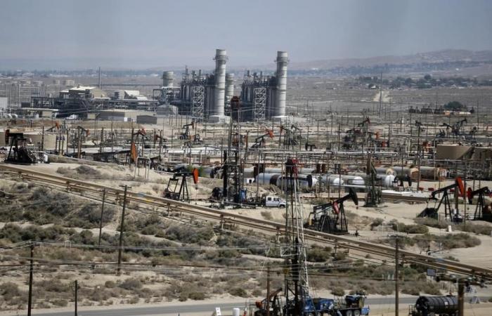 أسعار النفط تهبط من أعلى مستوى في عامين ونصف