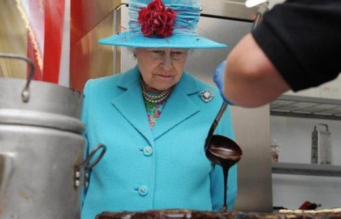 ملكة بريطانيا تبحث عن طاهٍ جديد.. توقع كم يكون أجره؟