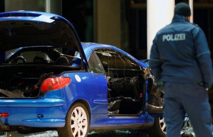 رجل يداهم مقر حزب ألماني بسيارته محاولاً الانتحار