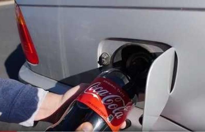 ملأ خزان سيارته بالكوكا كولا بدل البنزين!