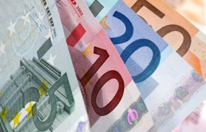اليورو يرتفع للمرة الأولى فى ثلاثة أيام مقابل الدولار الأمريكي