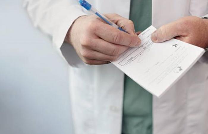 لهذه الأسباب يكتب الأطباء بخط غير مفهوم!