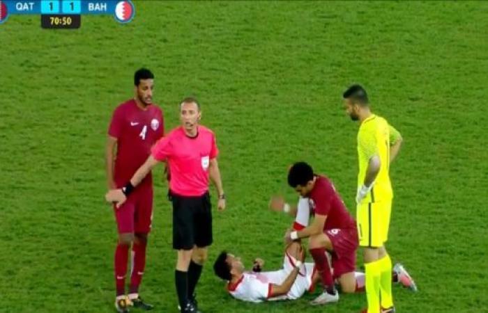 لقطة خليجي 23.. لاعب قطري يسعف لاعباً بحرينياً مصاباً