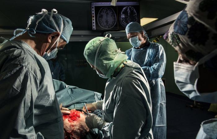 هل يجب أن يكون المرضى نائمين أم مستيقظين أثناء جراحة الدماغ؟