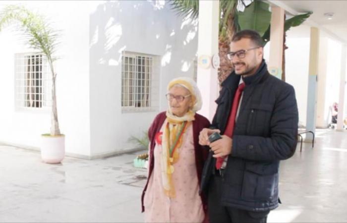 عجوز مغربية تستعيد بالرسم وهج الحياة