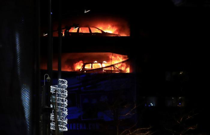 حريق بمرآب في ليفربول يدمر مئات السيارات عشية رأس السنة