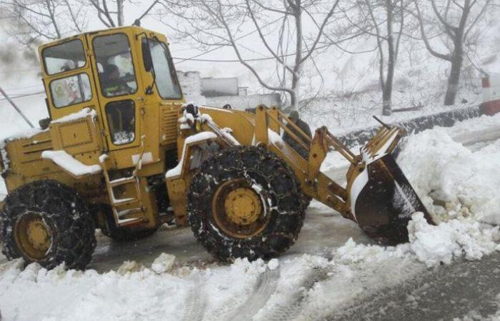 الدفاع المدني يجرف الثلوج على طريق عام كفرسلوان ترشيش زحلة