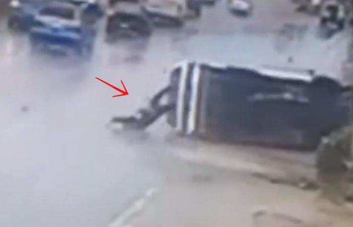 بالفيديو: قوة الحادث قذفته من السيارة على اوتوستراد خلدة