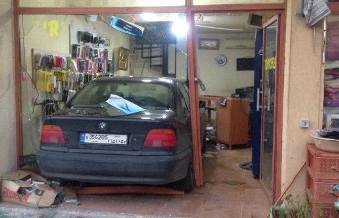 بالصورة: سيارة اقتحمت محلا لبيع الهواتف