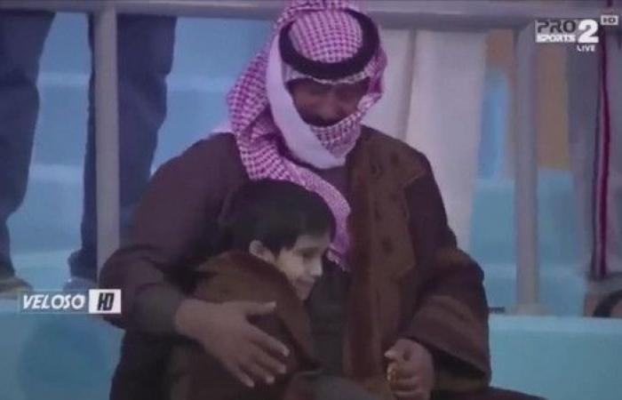 فيديو مفعم بالدفء.. هكذا حمى أب ابنه من البرد