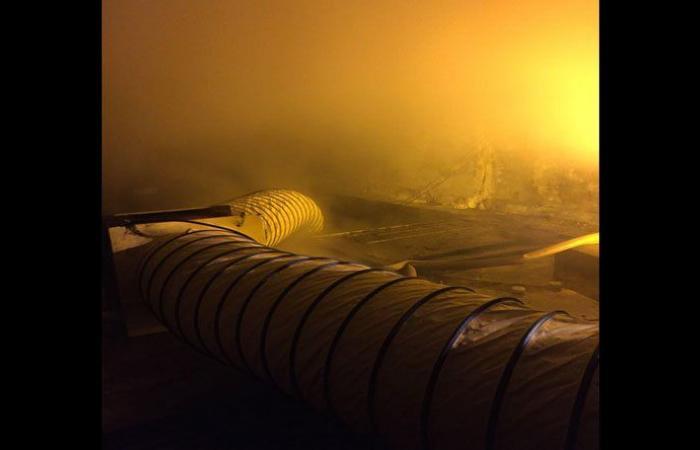 بلدية صيدا تابعت عمليات سحب دخان حريق مستودع مفروشات شاهين