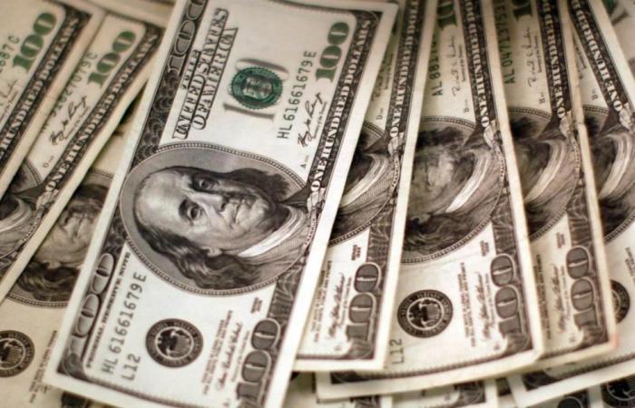 الدولار يصعد من أقل مستوى في 3 أشهر ونصف