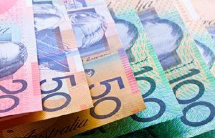 الدولار الأسترالي يتراجع من أعلى مستوياته في ثلاثة أشهر بعد البيانات الضعيفة