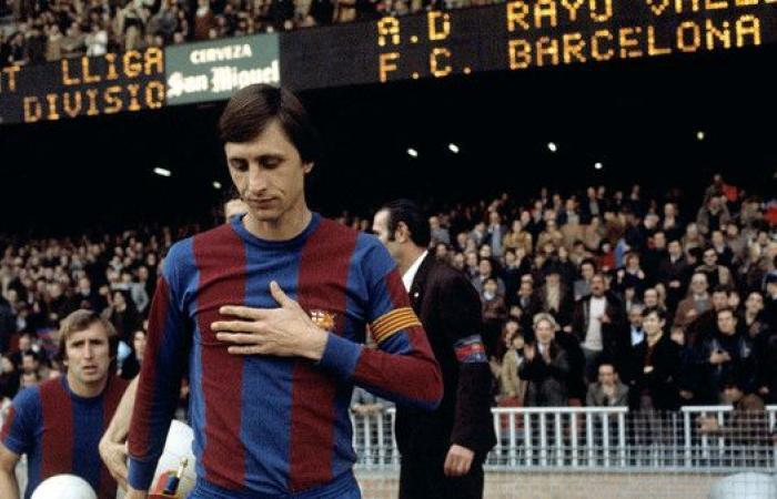كوتينيو يرتدي قميص الأسطورة كرويف مع برشلونة