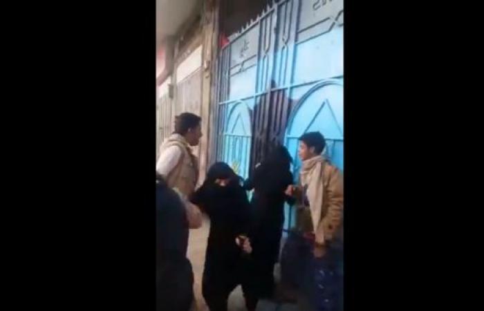 شاهد الميليشيات تعتدي على معلمات مدرسة خاصة بصنعاء