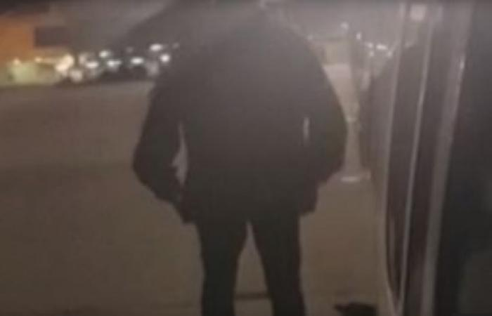 ملّ الانتظار ففتح باب الطائرة وقفز! (فيديو)