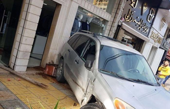 سيارة تجتاح محلا في صور