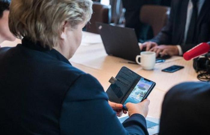 """صور.. رئيسة وزراء النرويج تلعب """"بوكيمون"""" بالبيت الأبيض"""