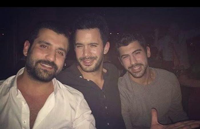 """بالصور: """"عمر"""" مع شقيقيه… من الأكثر وسامة؟"""
