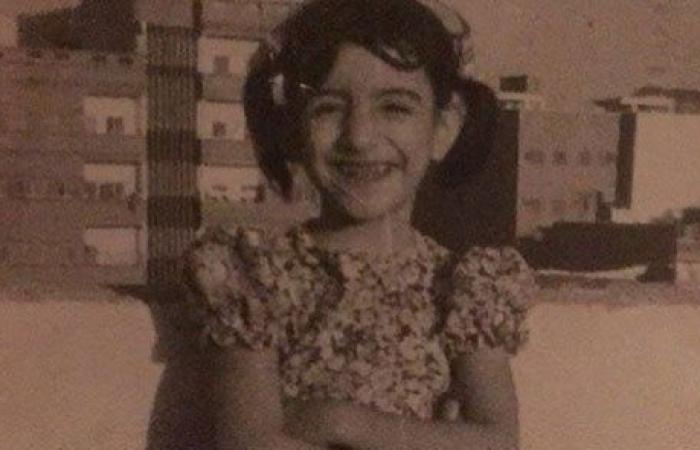 بالصورة: هذه الطفلة الطريفة أصبحت ممثلة عربية معروفة جداً… من هي؟