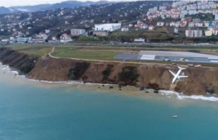 بالفيديو.. طائرة تنزلق وتتدلى فوق مياه البحر الأسود بتركيا