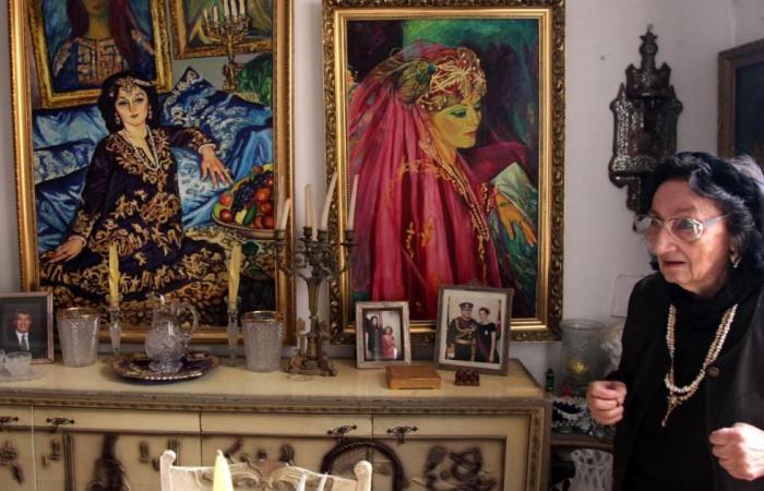 رسامة تركية تساعد أبناء الشهداء بلوحاتها