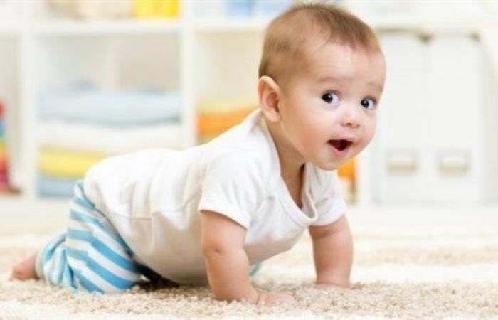 استنشاق الرضيع للميكروبات أثناء الحبو يفيده!
