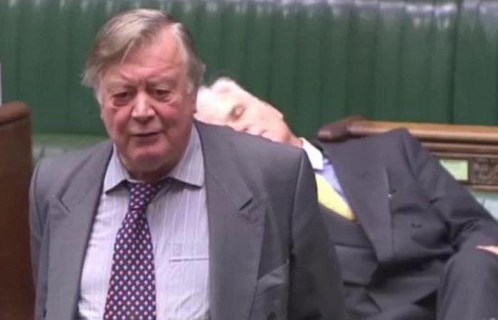 شاهد برلماني بريطاني يضجر من خطاب زميله.. حتى النوم