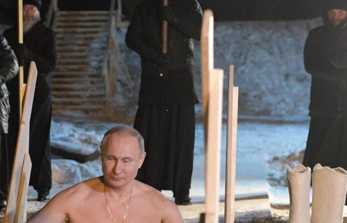 بالصور.. بوتين يغطس في بحيرة جليدية
