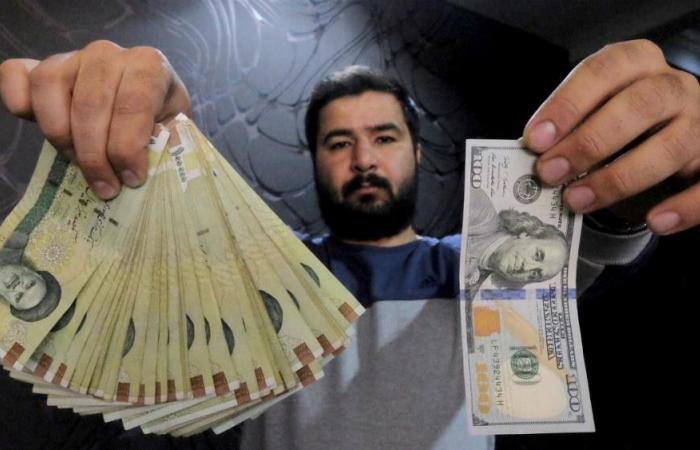 """انهيار""""تاريخي"""" للعملة الإيرانية أمام الدولار"""