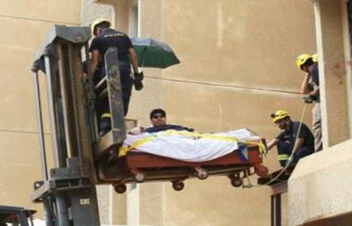 بالفيديو والصور… شاب محمول بالرافعة إلى المستشفى والسبب!