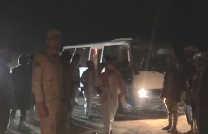 التحالف يُسلم 27 طفلا يمنيا زج بهم الحوثي بجبهات القتال