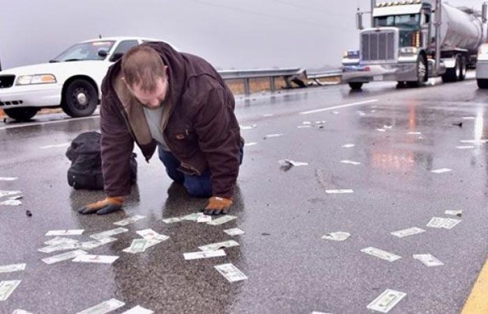 """بالفيديو… """"السماء"""" تمطر أموالا في الينوي!"""