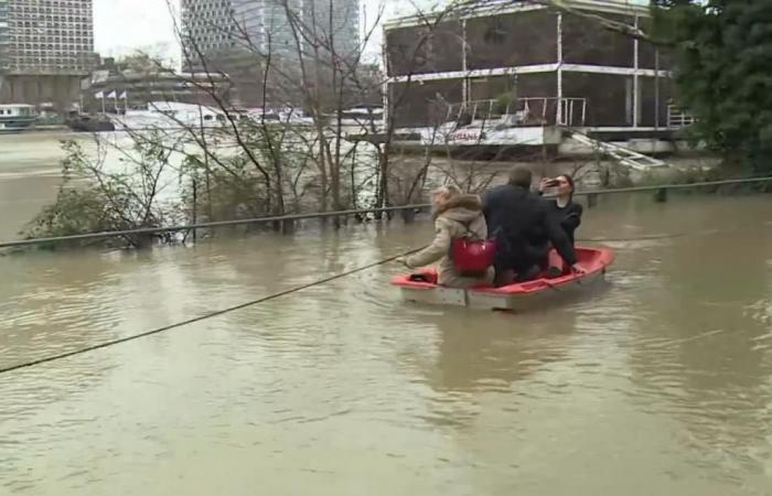 فيضان نهر السين يهدد باريس ويغلق اللوفر
