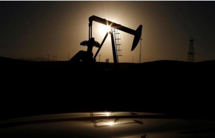 النفط يرتفع مع تراجع الدولار