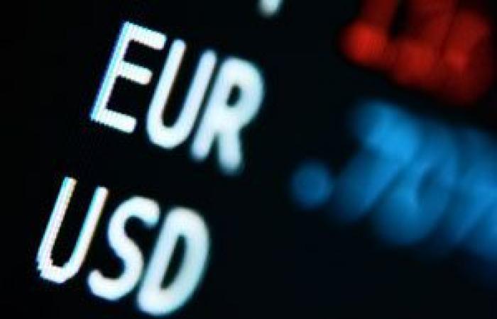 اليورو يتراجع مقابل الدولار فى مستهل تعاملات الأسبوع