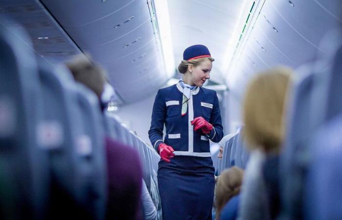 مضيفة طيران تتخلّى عن ثيابها لهذا السبب!