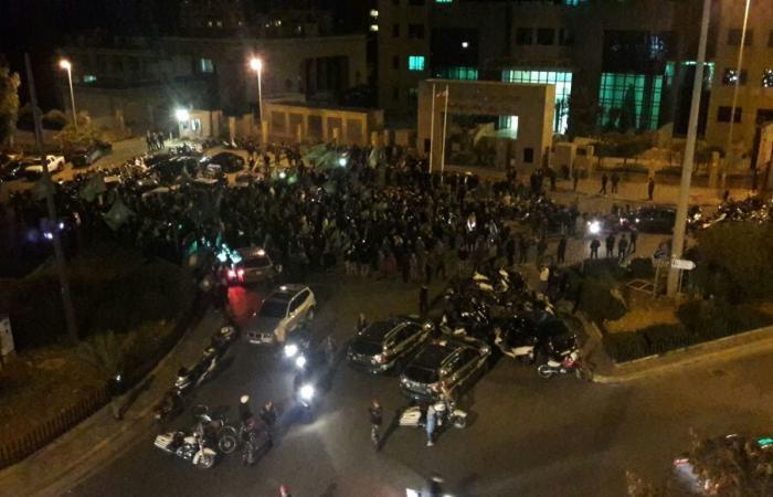 """بالفيديو.. شبانٌ من """"أمل"""" يعتصمون أمام وزارة التربية"""