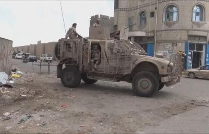 الجيش اليمني يستعيد معسكر اللواء الرابع في عدن