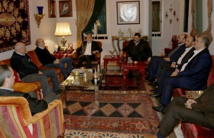 """جنبلاط عرض مع وفد من """"حماس"""" الأوضاع الفلسطينية"""
