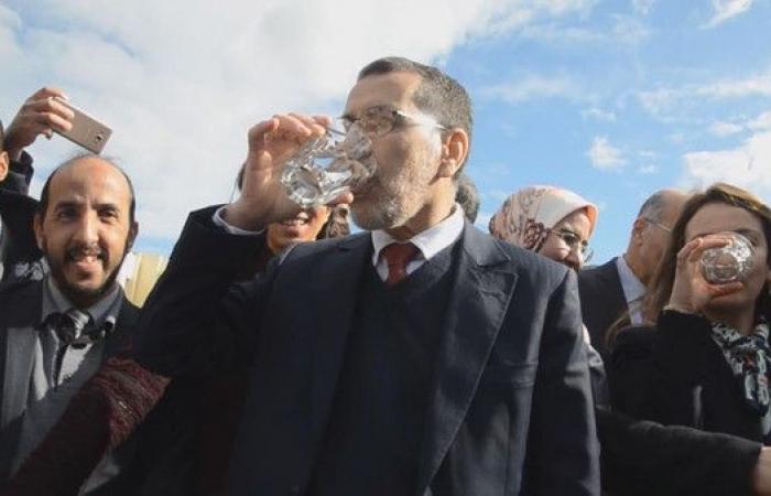 شاهد العثماني ينفي الشائعات ويشرب من مياه السد