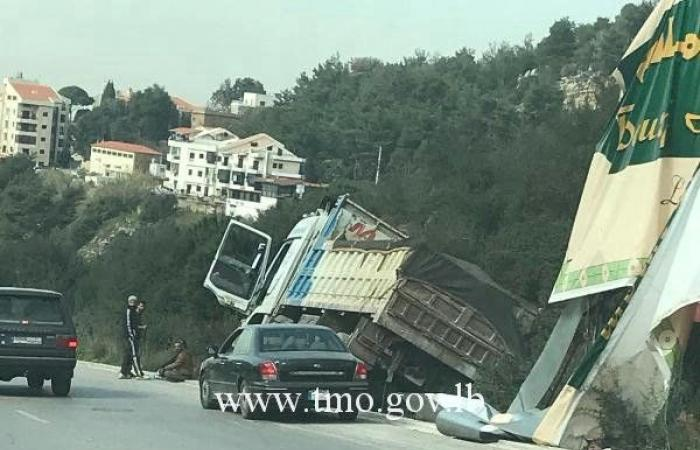 بالصورة.. انزلاق شاحنة على اوتوستراد المتن السريع