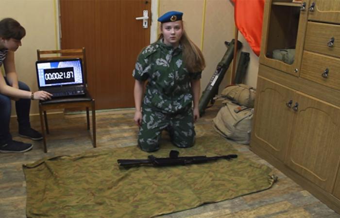 """بالفيديو… فتاة روسية تركّب """"كلاشنيكوف"""" بوقت قياسي"""